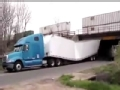 大型货车穿过桥洞 不注意安全限高的后果