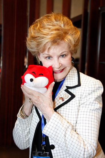 美国国会议员Madeleine Z.bordallo接受专访之后与搜狐小狐狸亲切合影
