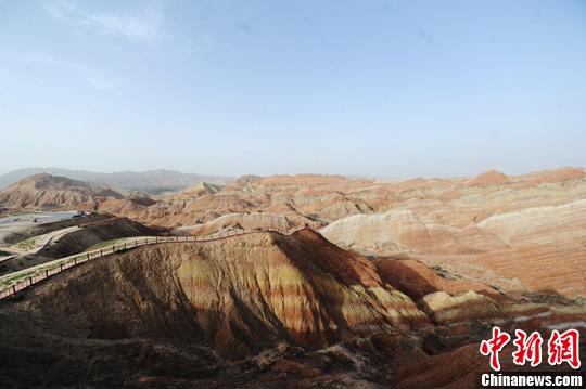 夏至前夕,甘肃张掖丹霞风光呈现出绝色美景,诱惑游客争相拍照留念。杨艳敏 摄