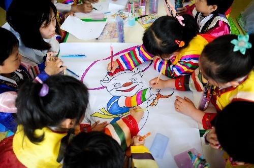 (社会)(1)朝族儿童手绘吉祥物迎州庆