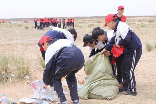 中国 环保 鄂尔多斯市 内蒙古/(图为学生们在目的地清除垃圾环保实践活动)