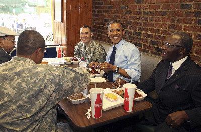 """奥巴马13日在华盛顿一家烧烤店提前庆祝父亲节,与四名也是""""爹字辈""""的人啃牛排闲聊。"""