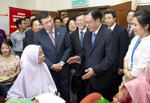 贺国强参观马来亚大学孔子汉语学院并出席赠书仪式