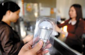 LED节能灯泡获得政府在公共领域大力推广,有望加快进入市民家庭步伐。/佛山日报记者崔景印摄