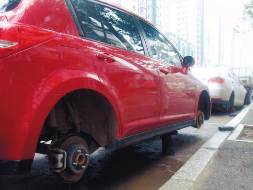 车轮胎被盗_靠近人行道一侧的轮胎被盗