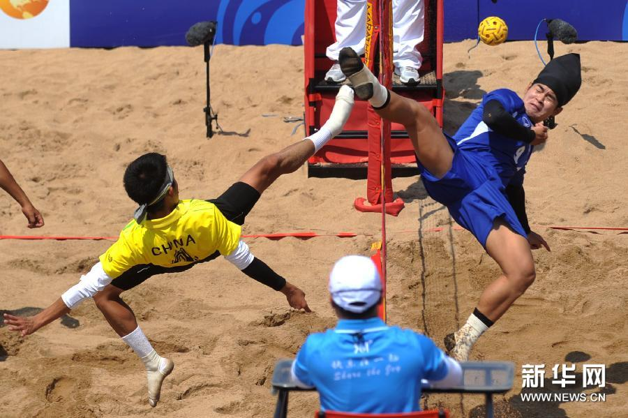 会沙滩藤球男子团体复赛a小组的第一场比赛中,中国队以0比2不敌泰国队