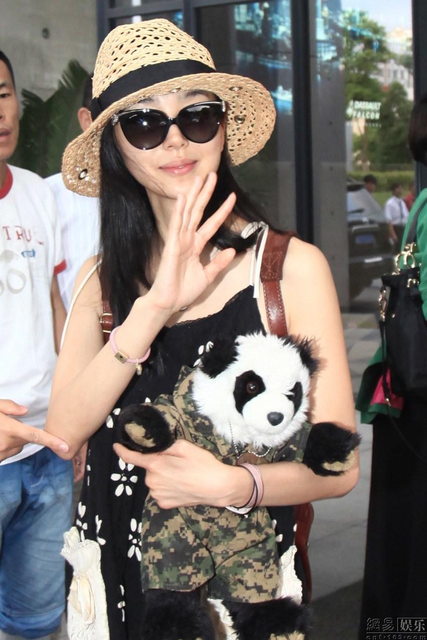 成龙 姚星彤/姚星彤、张蓝心携熊猫玩偶出镜