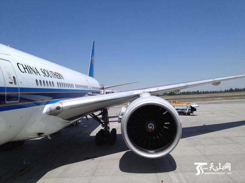 航空枢纽,先后调拨14架全新运力交付新疆执管,使新疆分公司机队从2010