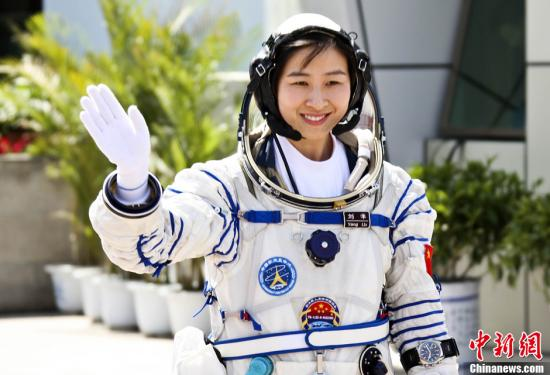 6月16日下午,神舟九号航天员出征仪式在酒泉卫星发射中心航天员公寓问天阁举行。图为中国首位女航天员刘洋出征。中新社发 张雷 摄