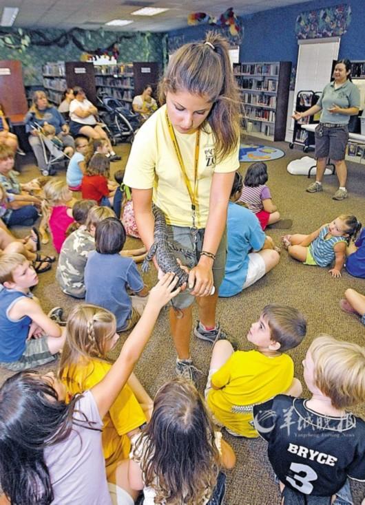 美国亚拉巴马州的儿童14日参观动物园