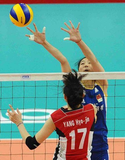 图文:中国女排3-0韩国 杨�B菁手指绑一起