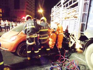 甲壳虫撞大货两人被困车内 消防人员一小时救援