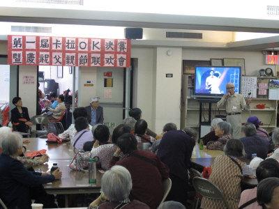 """纽约华埠老人中心举行""""第一届卡拉OK比赛"""",参赛者郭敏献唱。记者李牧谦/摄影"""