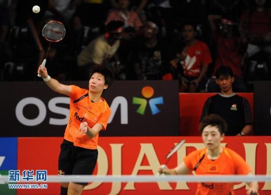 6月17日,于洋/王晓理(左)在比赛中。当日,在印尼羽毛球公开赛女双决赛中,中国选手于洋/王晓理以2比1战胜队友田卿/赵芸蕾,获得冠军。新华社发(维里摄)