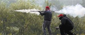 示威者在朝警方发射自制火箭弹。
