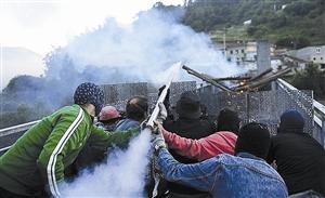 西班牙煤矿工人用自制火箭弹和弹弓与警方发生冲突,造成至少7人受伤。