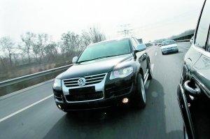 高速路行车尽量多走中间车道。