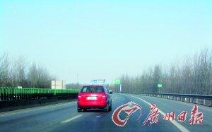 高速路上要时刻提防变线车辆。