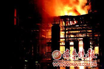 16日晚,垦利石化总厂发生大火。本报通讯员供图