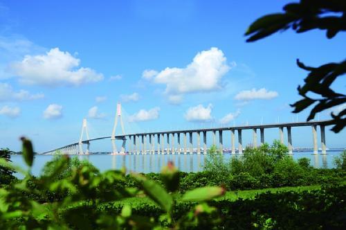 湛江钢铁项目投入超百亿元 半年完成近万人拆
