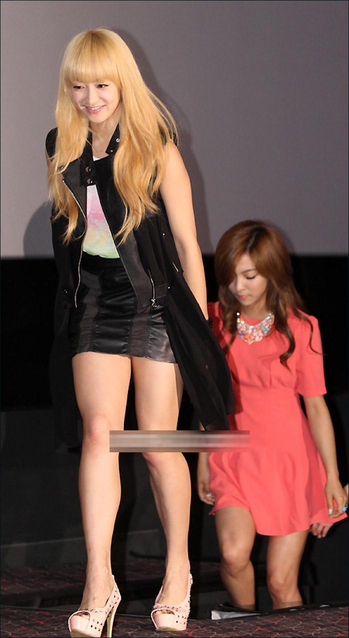 国际在线娱乐报道 2012年06月18讯,韩国首尔某影院,当地时间06月18日下午,由少女时代所属经纪公司参与制作的电影《I AM》举行媒体试映会。   少女时代成员Tiffany和泰妍代表少女时代出席试映活动。f(x)组合成员宋茜与另外三名成员代表f(x)组合参加活动。身穿黑色小短裙的宋茜明显发福不少,有一些言词犀利的媒体更是评价:宋茜双腿看起来粗壮而有力,上下台阶时更是肉隐肉现,像极了金刚芭比。   另外,这部记录了SM娱乐旗下少女时代、f(x)以及东方神起等组合成员们的成长与生活的青春