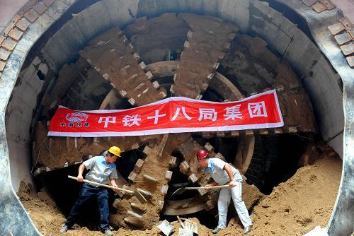 北京/6月18日,北京地铁8号线二期鼓楼大街站,工作人员在盾构隧道...