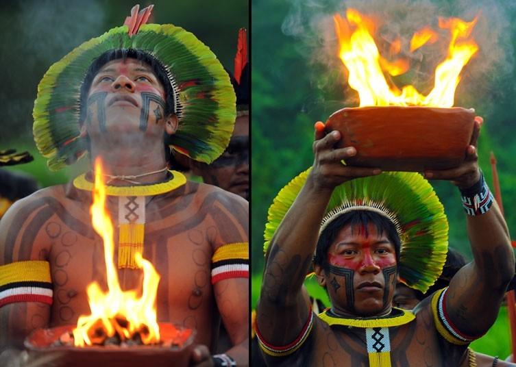 一位卡亚波人在Kari-Oca村的开幕仪式上举起一盆神圣的火种。摄影:ANTONIO SCORZA/AFP/GettyImages (英国《每日电讯报》)