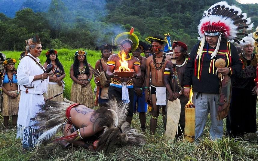 巴西土著人在Kari-Oca村的开幕仪式上祭奠死者。摄影:ANTONIO SCORZA/AFP/GettyImages (英国《每日电讯报》)