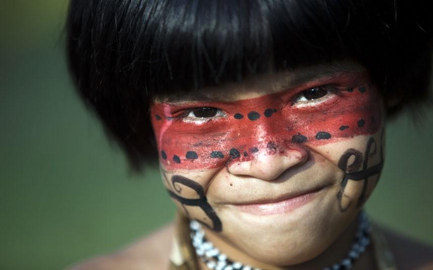 一位瓜拉尼男孩在镜头前展示笑脸。摄影:Felipe Dana/AP (英国《每日电讯报》)