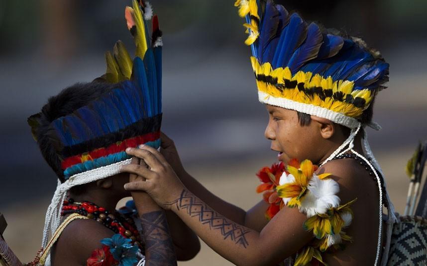 帕莱斯男孩们在整理头饰。摄影:Felipe Dana/AP (英国《每日电讯报》)