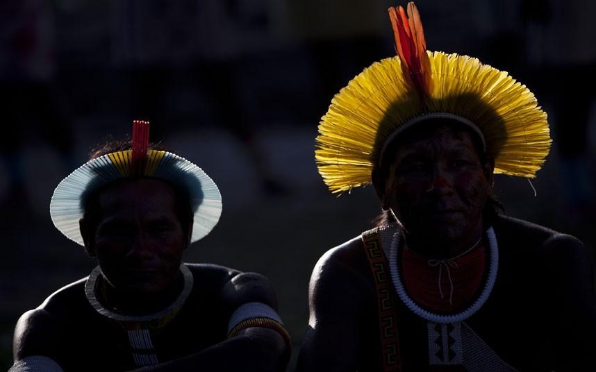 卡亚波男子在点火仪式上。摄影:Felipe Dana/AP (英国《每日电讯报》)