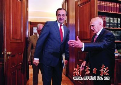 18日,希腊总统帕普利亚斯(右)在授权组阁前欢迎新民主党领导人萨马拉斯。新华社发
