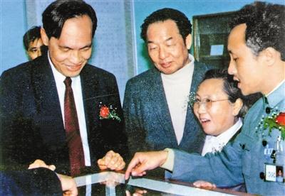 1985年6月19日,张仲德(右一)及钟金重女士(右二)向深圳市委书记梁湘(右三)、市长李灏(左一)介绍赠书。 (资料图片)