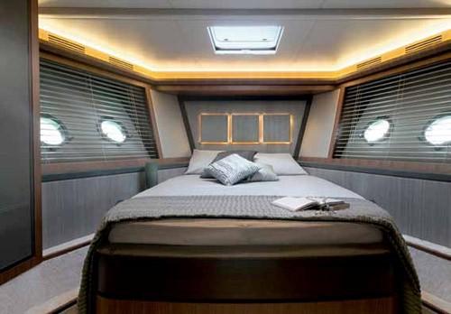 船尾的独特设计也是在大型游艇中经常可见的,驾驶台的门可以直通船员船舱和引擎室,这样的设计既保障了船东的私密性也使船员更方便操作驾驶游艇。