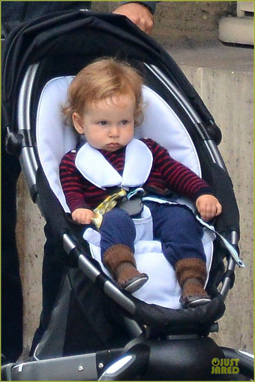 波特曼 娜塔丽/娜塔丽波特曼与老公游巴黎一岁儿子严肃脸嘟嘴超可爱...
