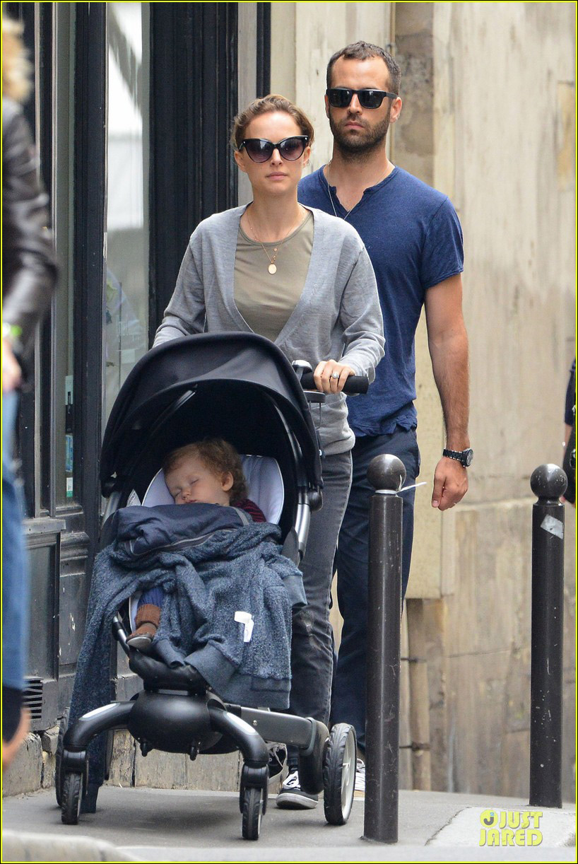 波特曼 娜塔丽/娜塔丽波特曼与老公游巴黎一岁儿子严肃脸嘟嘴超可爱