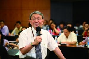陈明哲教授通过与观众互动问答的方式生动阐述了动态竞争理论