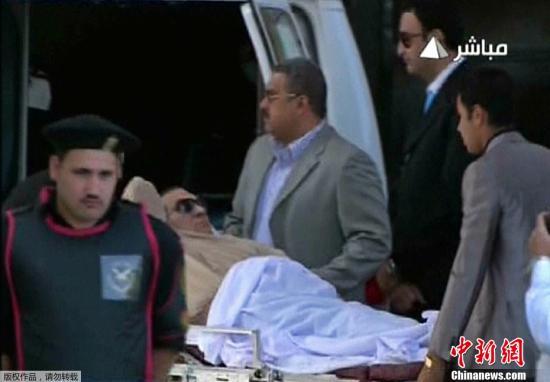 资料图:埃及前总统穆巴拉克躺在担架上