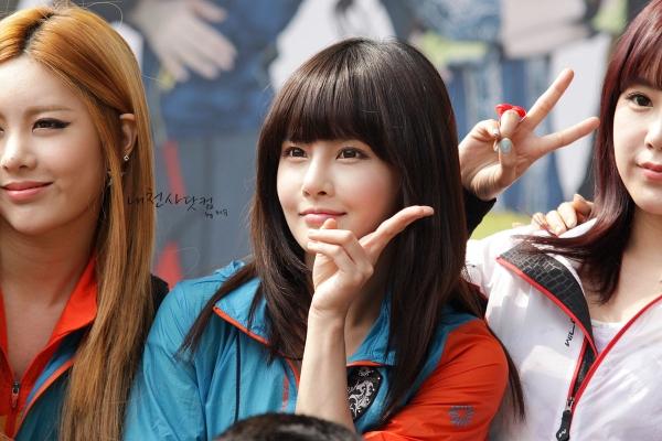 t-ara成员孝敏与智妍分别染了红色系与黄色系的头发,整个人看起来十分