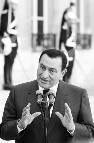 穆巴拉克上台之初就确立自己的政策,吸取教训,游刃有余