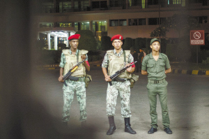 军方加强在医院周边的警戒