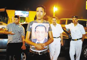 穆巴拉克的支持者在医院门口守候