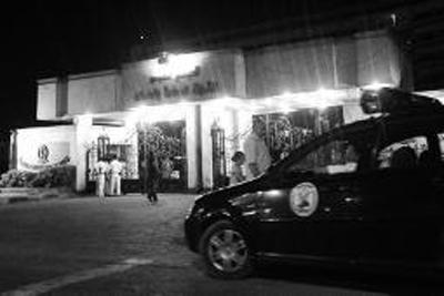 警车守在马阿迪军事医院门前