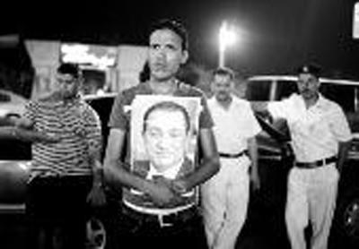 6月20日凌晨,前总统穆巴拉克的支持者在埃及开罗马阿迪军事医院门口等候 新华社发