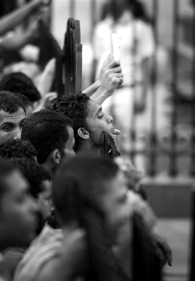 6月19日,埃及开罗的示威民众与防暴军人对峙。
