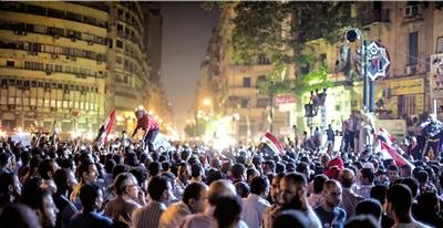19日,埃及民众在开罗解放广场游行示威。新华社发