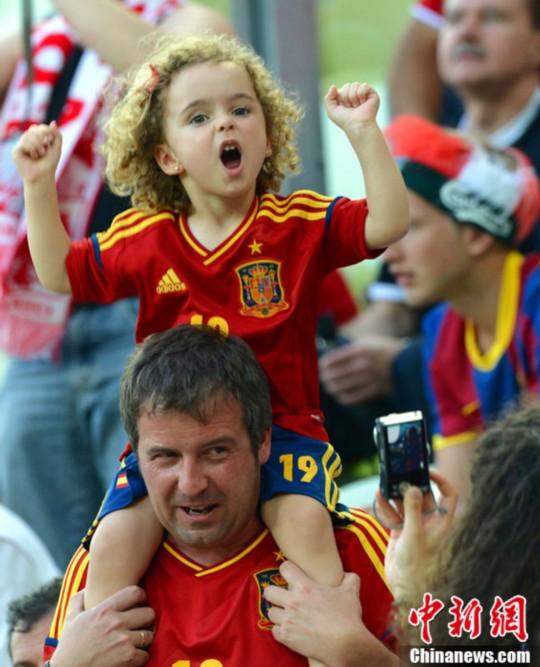 欧洲杯十大可爱小球迷 乌克兰小正太可爱帅气(组图)