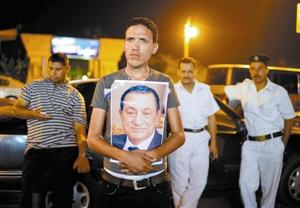 """6月20日凌晨,埃及前总统穆巴拉克""""临床死亡""""的消息传出后,其支持者在马阿迪军事医院门口等候。"""