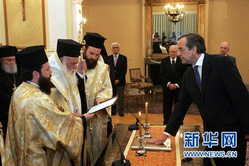 6月20日,在希腊雅典总统府,希腊新民主党领导人萨马拉斯(前右)在总统帕普利亚斯(后中)见证下宣誓就任希腊总理。(来源:新华社)