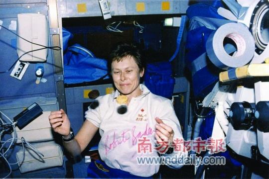 罗伯塔・邦达尔在太空舱中,食物自己飘了起来。